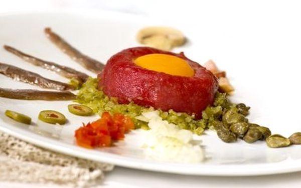Skvělá večeře pro 4 jen za 225 Kč – pochutnejte si v tradiční české restauraci na obrovském tataráčku z pravé svíčkové s topinkami a vynikající kombinaci masových špízu!