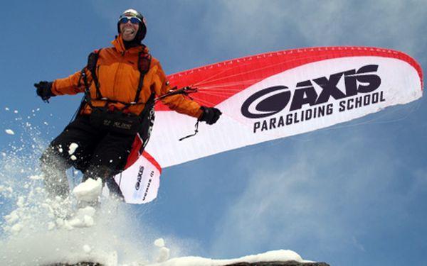 Rozběhněte se a sami leťte! Dechberoucí jednodenní zážitek s paraglidingem na školní louce pod dohledem instruktorů s 50% slevou!