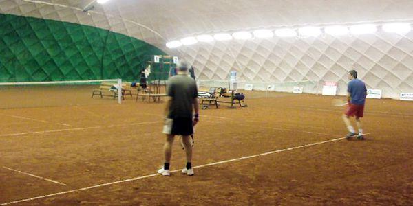Pouze 150 Kč za hodinu tenisu v přetlakové hale Olomouc. Odreagujte se hrou a ušetřete až 50%! Nejlepší možný servis a komfortní osvětlení kurtů jsou samozřejmostí!