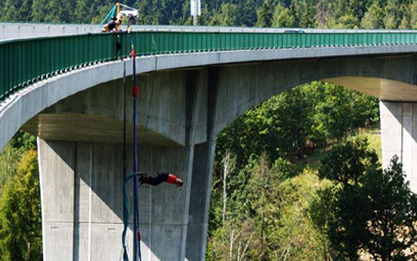 Vrhněte se volným pádem z nejvyššího mostu v ČR hlavou dolů! Legendární skok na gumovém laně s 50% slevou u nejzkušenějších profesionálů ve svém oboru!