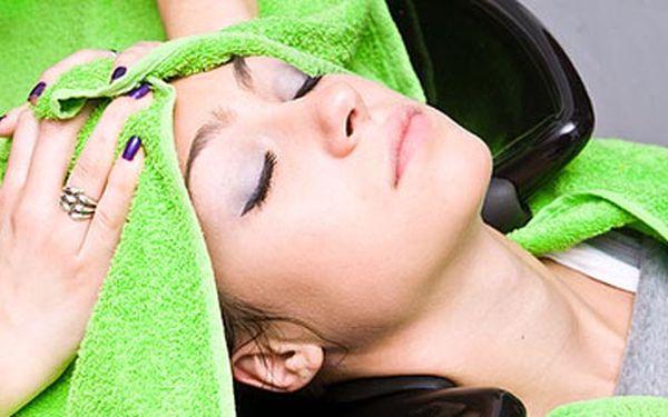 Dopřejte svým vlasům regenerační péči včetně masky a ošetření laserem, která je v zimě posílí a ochrání, jen za 200 Kč. Ušetříte 50% oproti běžné ceně.