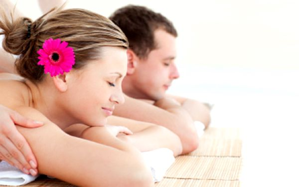 Vychutnejte si relaxaci a odpočinek při aroma masáži se svým partnerem, kamarádkou nebo někým blízkým.