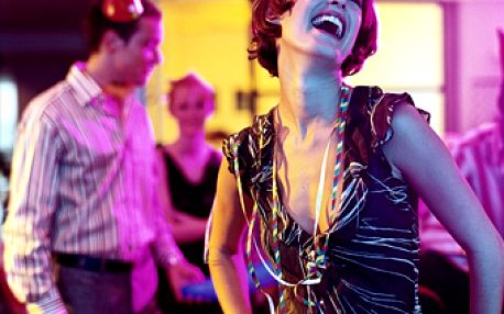 Čeká vás ples či jiná společenská událost? Chcete zazářit v luxusních šatech? Máme pro vás super akci! Místo 1200 Kč zaplatíte jen 599 Kč za půjčení společenských šatů dle vlastního výběru!