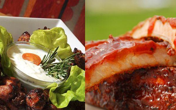 299Kč za DVĚ TEXASKÁ BBQ MENU! Pozvěte přátele na pořádnou porci grilovaných žeber a pikantních BBQ křidýlek s křupavými bagetkami v Gurmania restaurantu se slevou 57%!