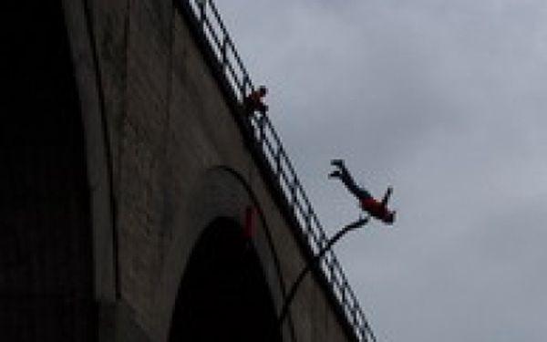 Pouze 750 Kč za BUNGEE JUMPING z nejvyššího mostu nad řekou Hačka s odborníky ze společnosti Jiří Stolín-EXTREME SPORTS! Jedinečná příležitost vyzkoušet si adrenalinový seskok z nejvyššího místa v ČR nyní s 50% slevou! Nemáte ještě originální dárek?