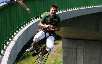 Pouze 650 Kč za SESKOK DO KIENEOVY HOUPAČKY z nejvyššího mostu nad řekou Hačka s odborníky ze společnosti Jiří Stolín, Extreme Sports! Jedinečná příležitost vyzkoušet si adrenalinový seskok z nejvyššího místa v ČR nyní s 50% slevou!