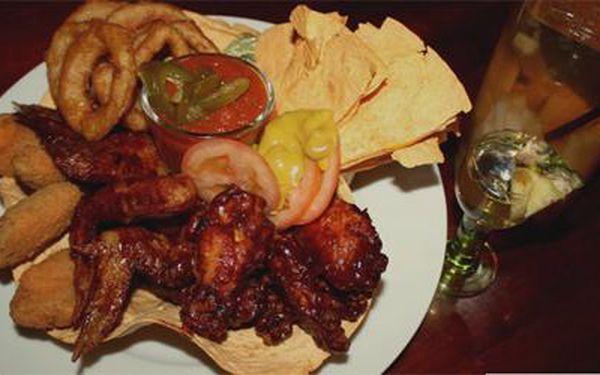 SOMBRERO GRANDE PANCHO VILLA aneb 1 kg BBQ a chilli křidélek se salsou, jalapenos papričkami, quesadillou, salátem a dvěma panáky domáci tequily se slevou 60%.
