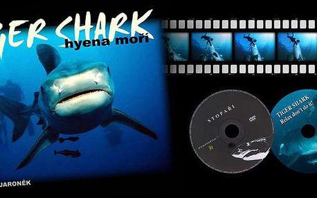 Úžasná kniha obsahující unikátní fotografie z výprav za tygřími žraloky Tiger Shark. Krásný vánoční dárek pro každého milovníka přírody, kniha je dodávána v dárkovém balení se 2 DVD s dokumenty z výprav. V naší nabídce za 245 Kč, tedy se slevou 50 procen