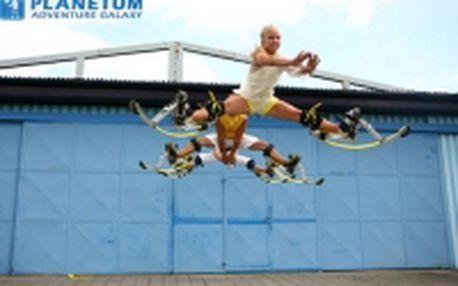 Skákací boty pro dva - Na místě Vás zkušený instruktor seznámí s botami a jejich fungováním (asi 10 minut). Účelně si protáhnete tělo a pustíte se do zvládání prvních samostatných kroků. Následuje trénink pomalého i rychlého běhu a trénink skokanů (skoky