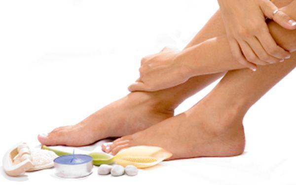 Dopřejte svým nohám péči, kterou si zaslouží! Základní péče + peeling granátové jablko + masáž nohou.