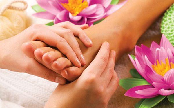 Pečujte o krásu Vašich nohou a dopřejte si klasickou pedikúru slakováním či zdobením a masáží nohou za neuvěřitelnou cenu 120 Kč místo 300 Kč, sleva 60%!