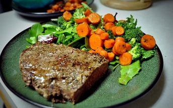 Za 196 Kč získejte menu pro 2 OSOBY - 2x šťavnatý grilovaný STEAK z vepřové krkovičky s opečenými bramborami, 2x pikantní SALÁT, 2x ZÁKUSEK a 2x KÁVA/ČAJ. To vše v HOSTINCI U MATĚJE KOTRBY. Dopřejte si parádní menu o 3 chodech se slevou 70%! + soutěž