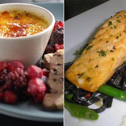 Rybí delikatesa na Nebozízku - grilovaný losos na chřestové pěně a černých tagliatelích.
