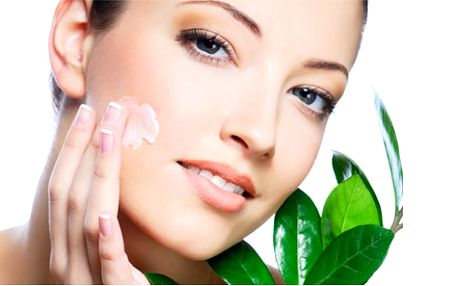 Hloubkové čištění obličeje, včetně masáže i úpravy obočí.