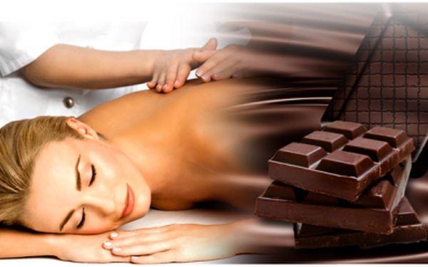 Dopřejte si skvělou Valenýnskou čokoládovou masáž! Kdo by neměl rád výbornou chuť čokolády..ale představte si její blahodárné účinky přímo na svém těle! Peeling a luxusní hodinová čokoládová masáž za super cenu, pouhých 299 Kč!
