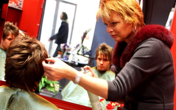 736 Kč za profesionální vlasovou úpravu v ateliéru Moods se 60% slevou! Barvení, melír, masáž hlavy, stříhání, úprava stylingem + káva ZDARMA. I vy můžete vypadat skvěle!