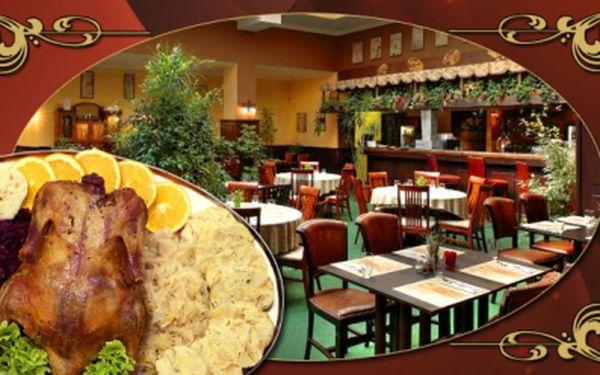 Bezkonkurenční gurmánská nabídka! Celá dvoukilová kachnička, šest houskových a šest karlovarských knedlíků, bílé a červené zelí! Menu ve vyhlášené restauraci v centru Prahy pro 4 osoby za neskutečných 291 Kč! Sleva 74%!