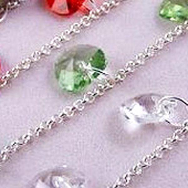 Na stříbrném náramku o délce 17 cm s ryzostí 925/1000 je zavěšeno 5 kamenů značky Swarovski. Zakončením náramku je americké zapínání. Náramek je možné po dohodě zkrátit či prodloužit. Můžete si vybrat z několika barev.