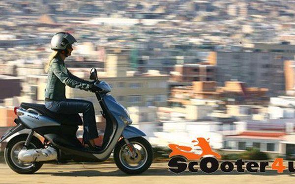 Našlapaná jízda jarní Prahou na scooteru značky Yamaha za 330,-Kč pro DVĚ OSOBY na CELÝ DEN včetně helmy a veškerého pojištění.