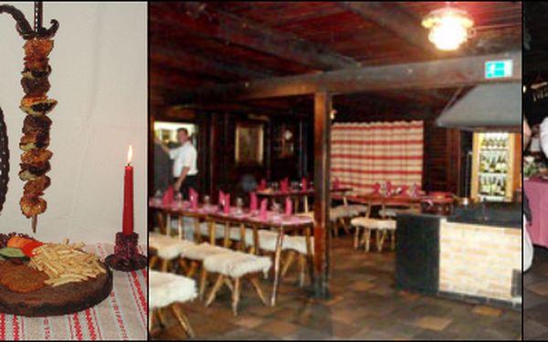 Romantická večeře pro DVĚ osoby v legendární Kolibě U Pastýřky: 500 gramů MEČ KOLIBA - maso tří barev, porce hranolek a bramboráčků, 1L Bílého nebo Červeného vína z Jižní Moravy, to vše za skvělou cenu 390Kč! Dřevěný interiér, židličky potažené ovčí kůží