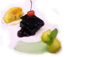 Variace tří lahodných dezertů s kávou nebo čajem v romantickém prostředí restaurace Nebozízek uspokojí každý mlsný jazýček!