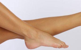 Odměňte své namáhané nohy kompletní péčí. Mokrá pedikúra, masáž, peeling, zábal, lakování, krém s BÁJEČNOU slevou. Neváhejte, Vaše nohy si to zaslouží!