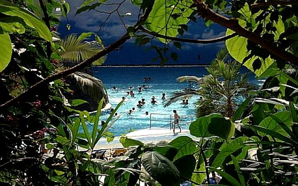 Jen 675,- Kč za zájezd do Tropical Islands s mořem, plážemi, wellness, tobogány, vodopády