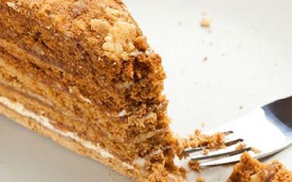 """Přijďte na dva šálky espressa """"Carraro"""" s mlékem a na dva medovníky - lahodný medový dort vytvořený podle staroslovanské receptury. Jeho vynikající chuť určitě uspokojí i ty nejnáročnější gurmány!"""