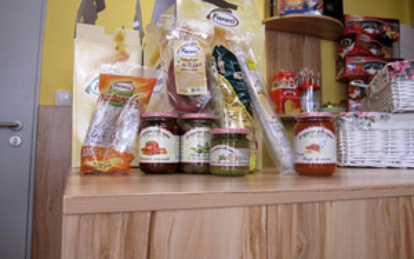 Plný koš pravých italských pochoutek se slevou 50%! Sušená rajčata, těstoviny tagliatelle, omáčky, pesto, prvotřídní salámy a další pochutiny.