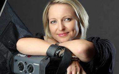 Jen 2750 Kč za sérii pěti profesionálních fotografií (GLAMOUR) od uznávané Brněnské fotografky Petry Dostálové. V ceně slevového kupónu profesionální vizáž, úprava vlasů, možnost zapůjčení oblečení, nafocení 150 záběrů na různých pozadích. Sleva 45%!