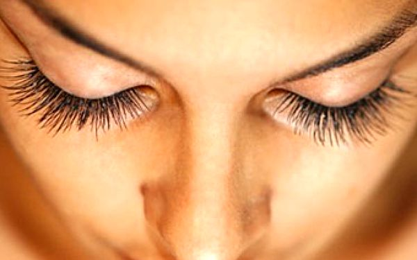 Získejte nádherně svůdný pohled pomocí permanentních řas se slevou 50 %.