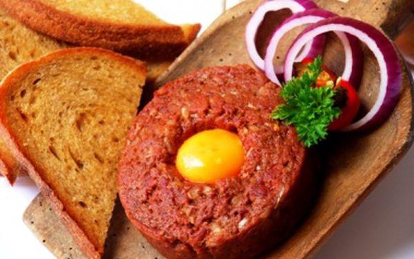 195,- Kč za tatarský biftek z 200 g pravé hovězí svíčkové s topinkami připravenými na domácím sádle a 0,5 l džbánku skvělého moravského vína dle Vašeho výběru od Pavla Leblocha z Velkých Bílovic.