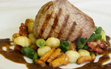 Jen 99 kaček za steak z mléčného telete s prohozem z jarní cibulky, sušených rajčat, lišek, cherry rajčat a noků. Nenechte si ujít tuto lahůdku s fantastickou slevou 57%