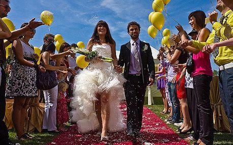 Profesionální nafocení celého svatebního dne od příprav po večerní oslavu s 51 procentní slevou! Chystáte svatbu a potřebuje fotografa? Objednejte si profesionálního svatebního fotografa a získejte nádhernou vzpomínku na Váš velký den. Svatební d
