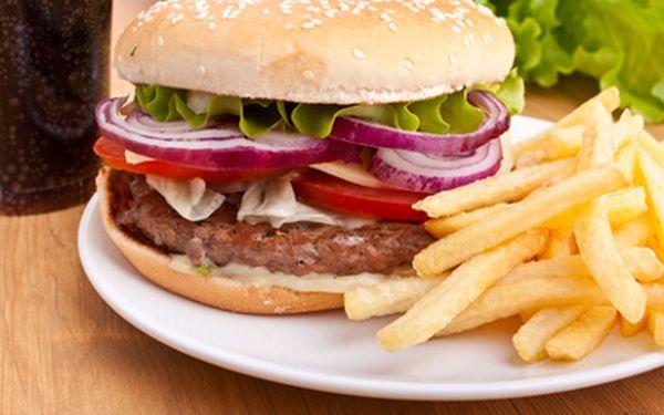 DVA pořádné Big Burgery za 116 Kč místo 316 Kč! Nechte si naservírovat báječnou kombinaci žemle, masa, ledového salátu a rajčat! V ceně navíc kupa hranolek! To vše ve stylové restauraci Amfora