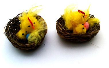 Velikonoční výzdoba - kvočna s kuřátkem a vejcem v proutěném hnízdě! Balení obsahuje 2 kusy velikonoční dekorace!