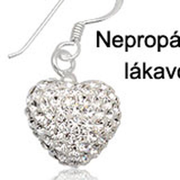 Nepropásni možnost koupit krásné náušnice ve tvaru srdíček vyrobené z kvalitního stříbra o ryzosti 92,5 % (puncovní značka 925), osazené krystaly Swarovski. Nabízené náušnice jsou v rozměrech 1,3 x 1,7 cm a váze cca 3 gramy.