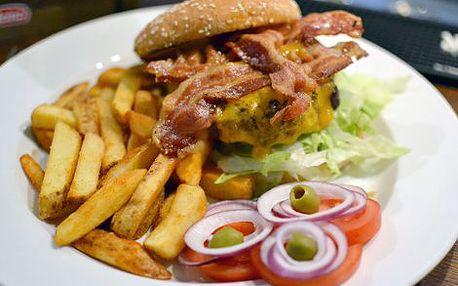 225 Kč místo 450 Kč za DVA cheesburgery se slaninou a hranolky ve vyhlášené restauraci Jáma Bar & Grill v centru Prahy! Pravé šťavnaté hovězí hamburgery (200g) pečené na grilu s čedarem a domácí slaninou, podávané v sezamové bulce s ledovým salátem, rajča