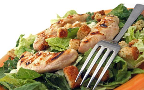 Salát Caesar a vinný střik s limetou, ledem a sodou jen za 86 Kč místo 173 Kč! Jarní osvěžení v chvalně známém Café 04. Zažeňte jarní únavu zdravým, chutným a lehkým jídlem za pár drobáků!