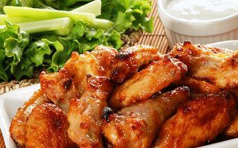 Za pouhých 59 Kč si vychutnejte výborná pikantní kuřecí křidélka s čerstvou křupavou zeleninou a jemnou omáčkou blue cheese a 1x vychlazené pivo Mušketýr 11°