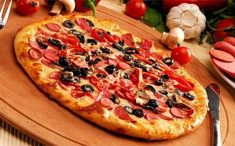 Dvě pizzy za cenu jedné! Vybírejte z deseti druhů! Pizzy je možné kombinovat dle vlastního výběru a také si je odnést domů!