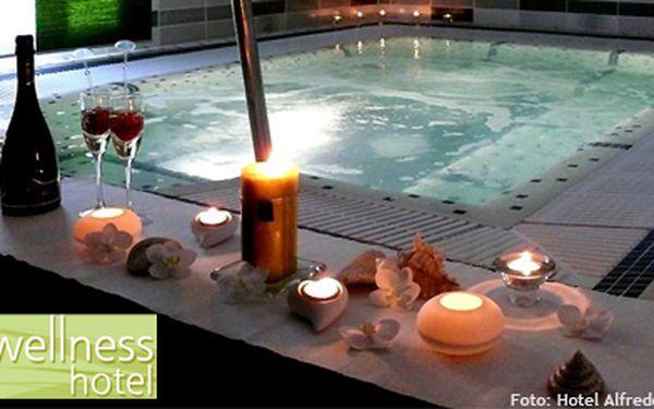 2606 Kč (běžná cena 6516 Kč) za 3 dny ve Wellness hotelu Alfrédov pro 2. Čeká vás 240 min. v luxusní wellness zóně, skvělé snídaně, 2 lahve sektu... Nechte se rozmazlovat!