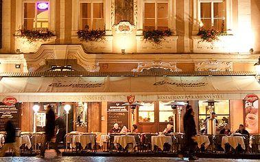 Vychutnejte si kávu dle výběru s tvarohovým koláčem Amadeus pod Pražským orlojem!