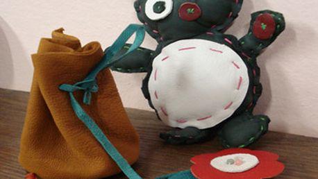 Jen 799 Kč namísto 1600 Kč za pronájem výtvarné dílny včetně profesionální asistence instruktorky. Vyrobte si šperky z kůže, namalujte vlastní hrníček, vytvořite něco z keramiky... K dispozici dětský koutek plný hraček a přijemné posezení pro rodiče.
