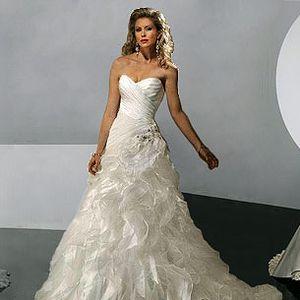 Originální svatební šaty, ve ktrerých prožijete svůj jedinečný den s lehkostí a noblesou. Luxus a kvalita nemusí být jen pro některé, dopřejte si ho i Vy !