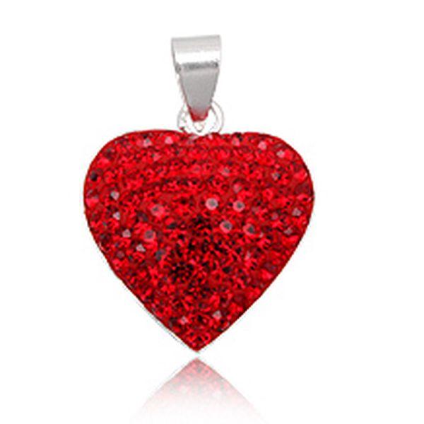 Srdce, symbol vášnivé lásky, který dokáže vyjádřit city beze slov. Stříbrný přívěšek ve tvaru srdce, osazený krystaly Swarovski sytě červenou barvou je ideálním dárkem pro ty, které milujete!