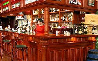 Pozvěte kámoše na panáka v baru Chelsea. Sleva na veškeré destiláty 50 procent. Za 100 Kč si kupte poukaz na destiláty v hodnotě 200 Kč. Vyberte si z široké nabídky vodek, rumů, whisky či tradičních českých lihovin.