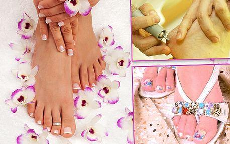 Dívky a ženy, připravte své nožky do střevíčků a žabek: 68% sleva na kompletní suchou pedikúru s gelovými nehty včetně příjemného zábalu a masáže nohou!