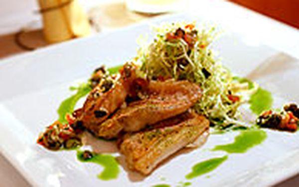 5-chodové menu (pro dva) - Zažijte znamenité pětichodové degustační menu pro dvě osoby, připravované výhradně z lokálních ingrediencí v této stylové romantické restauraci Artisan, která je umístěna na úpatí Petřína.