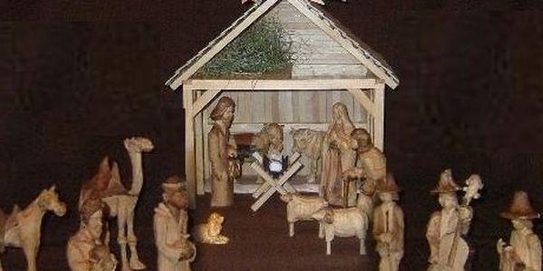 Originální vyřezávaný betlém o 25 figurách od řezbáře Pavla Dlabala. Originální styl, propracované stylizované detaily, mnoho figurek, zajímavá kombinace materiálů.Velikost figurek 18 - 25 cm. Proč nakupovat betlémy a vánoční dárky těsně před Vánoci, když